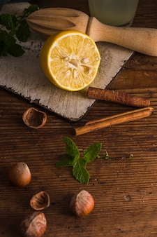 Paus de limão e canela close-up