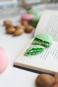 Pausa doce com macarons e livro