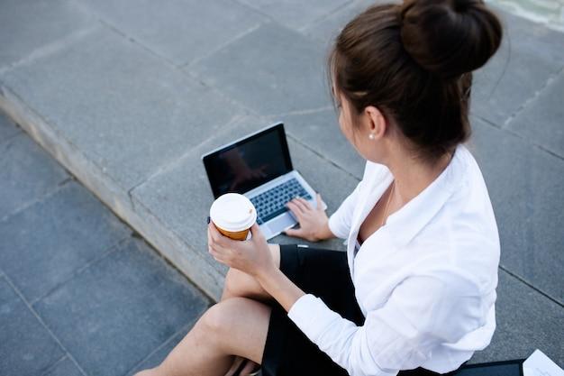Pausa para o café mulher de negócios, estilo de vida, laptop, conceito de processo de trabalho ao ar livre
