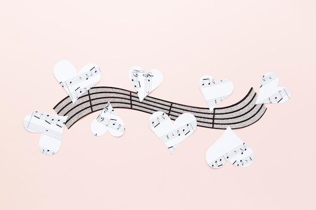 Pauta musical com corações no fundo liso