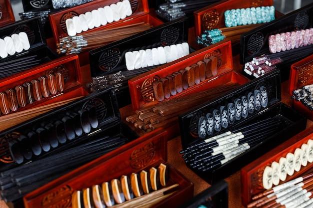 Pauzinhos chineses tradicionais em embalagens para presente, à venda na antiga cidade de hoi an.