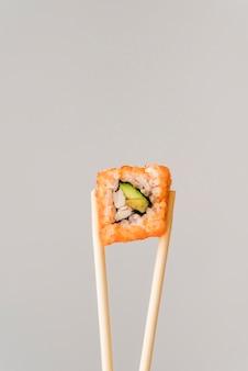 Pauzinhos com rolo de sushi