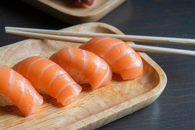 Pauzinhos com sushi nigiri de salmão