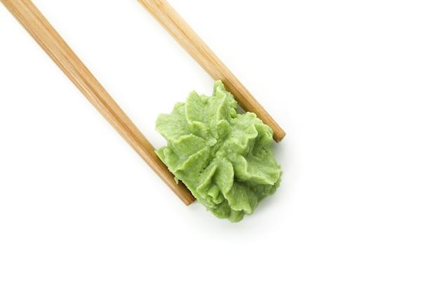 Pauzinhos com wasabi isolado no branco
