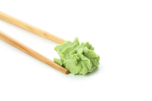 Pauzinhos com wasabi isolados no fundo branco