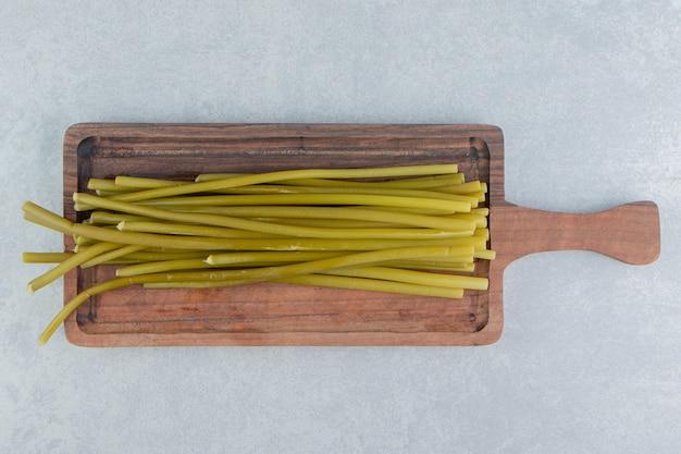 Pauzinhos de legumes em uma tábua de cortar