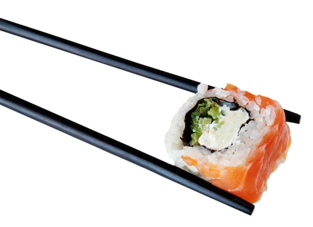 Pauzinhos de madeira preta com sushi uramaki - isolados