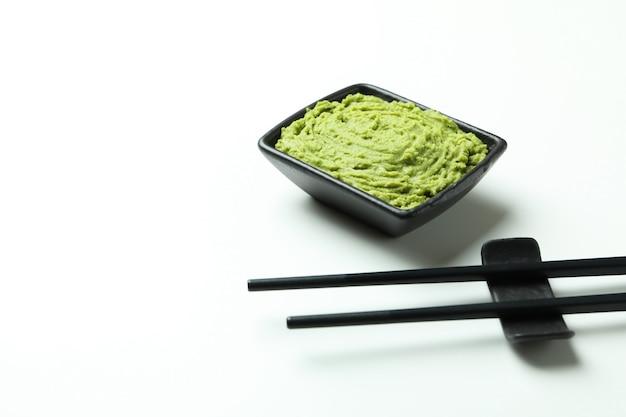 Pauzinhos e molho de wasabi no branco