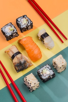 Pauzinhos e rolos de sushi na mesa