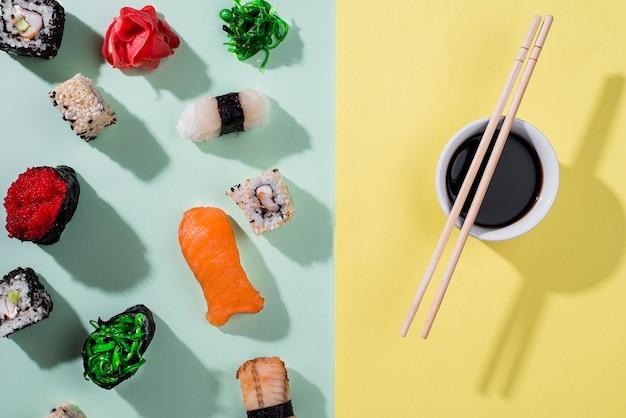 Pauzinhos e rolos de sushi para o dia do sushi