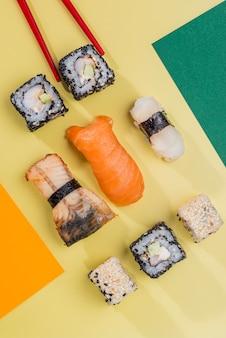 Pauzinhos e rolos de sushi