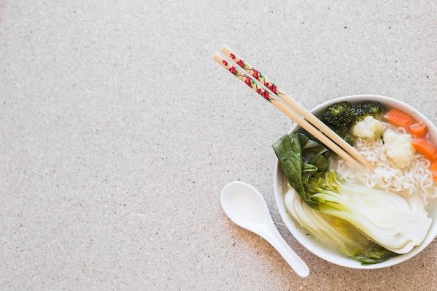 Pauzinhos na sopa asiática