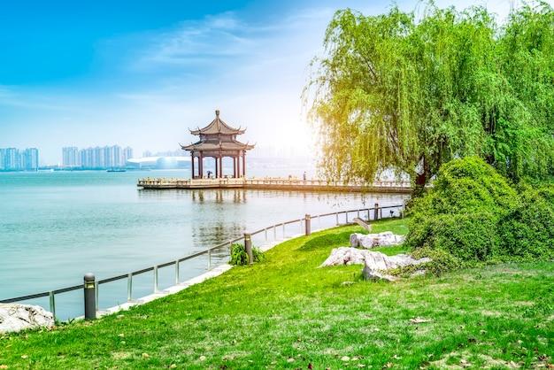 Pavilhão antigo do lago suzhou jinji e longa ponte Foto Premium