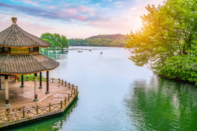 Pavilhão antigo e paisagem paisagem do lago oeste em hangzhou
