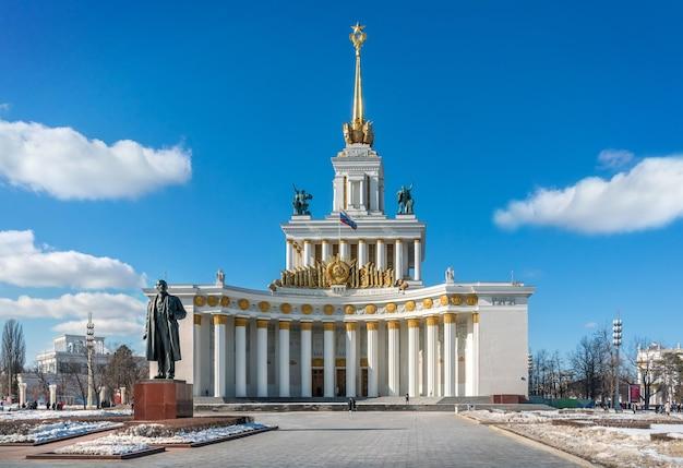 Pavilhão central e monumento a lenin em vdnkh em moscou sob o céu azul da primavera