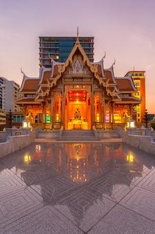 Pavilhão de tailândia no hospital siriraj na hora do crepúsculo, tailândia