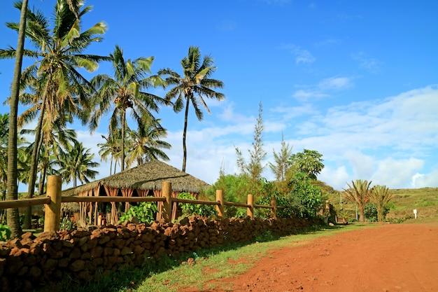 Pavilhão de telhado de palha na frente da praia de anakena, ilha de páscoa, chile