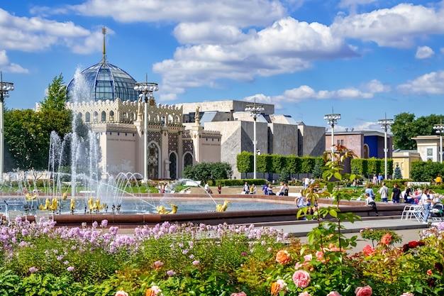 Pavilhão do cazaquistão no fundo da fonte. vdnh. moscou