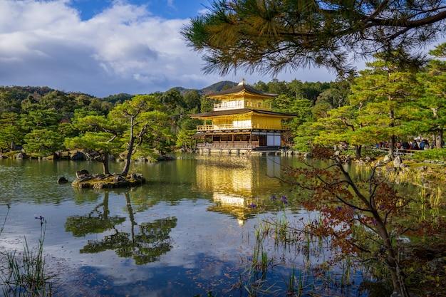 Pavilhão dourado ao lado do lago.