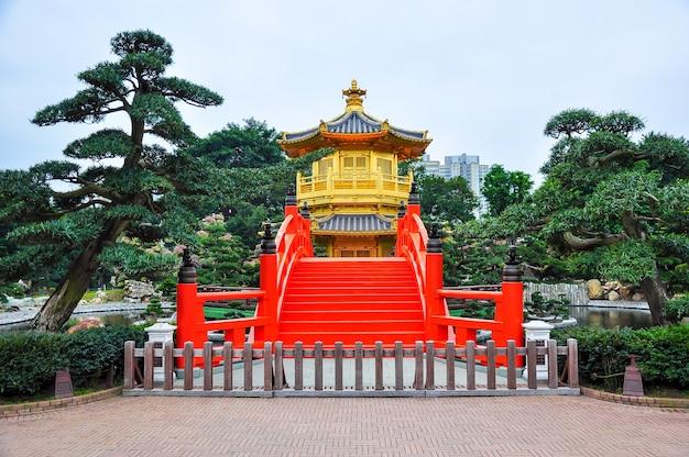 Pavilhão dourado da dinastia tang no convento de chi lin, hong kong