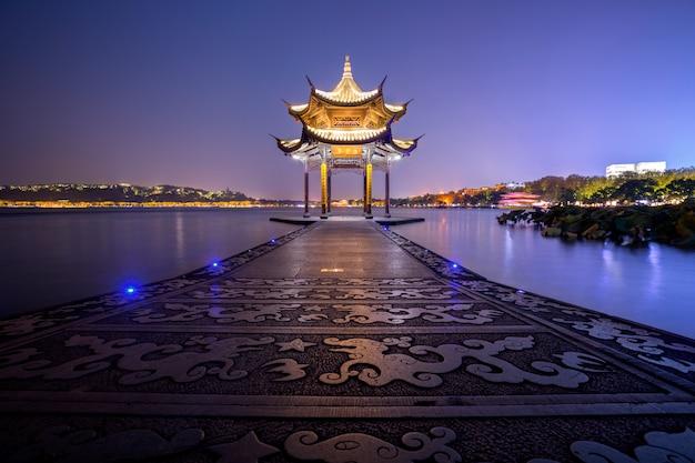 Pavilhão jixian antigo no lago oeste na china