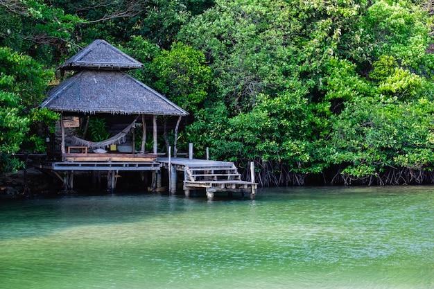 Pavilhão no mar na floresta de mangue