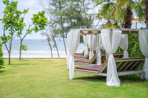 Pavilhão quadrado relaxante na linha em direção à praia e ao mar em um ambiente tropical aconchegante na praia da ásia.