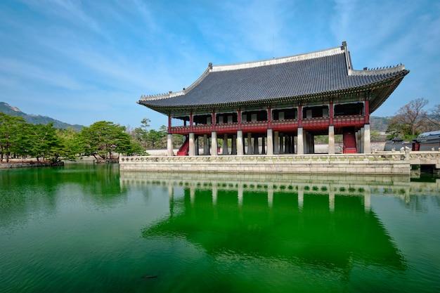 Pavilhão real gyeonghoeru, salão de banquetes no palácio gyeongbokgung, seul