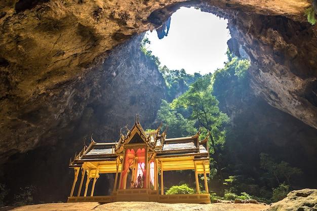 Pavilhão real na caverna phraya nakorn, tailândia