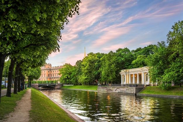 Pavilhão rossi e castelo mikhailovsky em são petersburgo