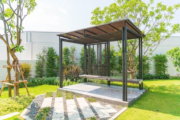Pavilhão vazio no jardim