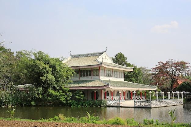Pavilhões chineses na lagoa, tailândia.