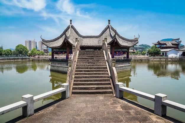 Pavilhões de arquitetura chinesa antiga e pontes de pedra