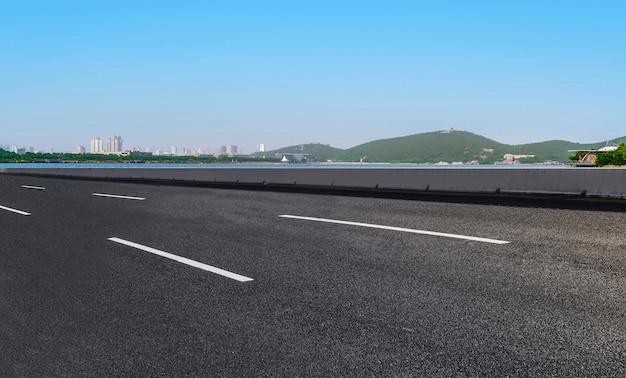Pavimentação de estradas e paisagem natural externa