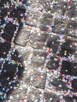 Pavimento coberto com confetes coloridos
