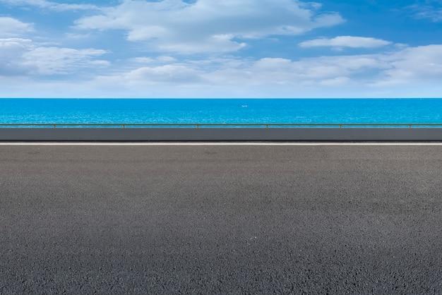 Pavimento de asfalto e mar