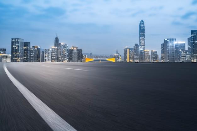 Pavimento de asfalto rodoviário e horizonte arquitetônico da cidade