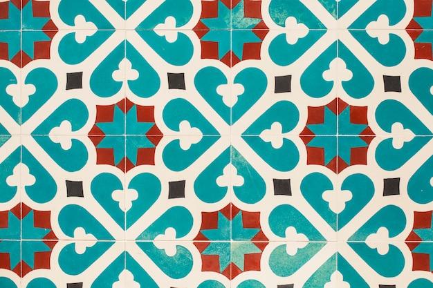 Pavimento em mosaico com detalhes castanhos