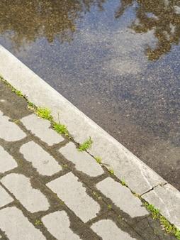 Pavimento molhado e poça. detalhe urbano