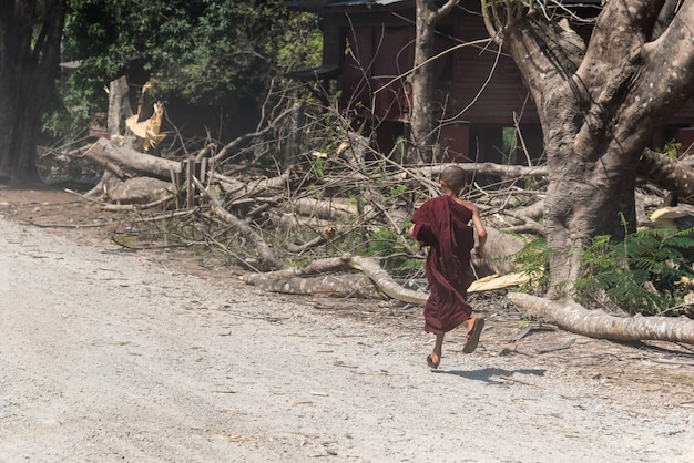 Payathonzu, mianmar - 2 de março de 2018: monge noviço mon jovem runing no monastério de tai ta ya ou sao roi
