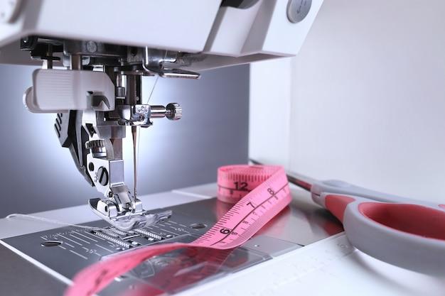 Pé da máquina de costura e acessórios de costura.