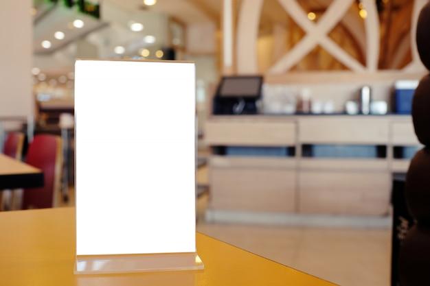Pé de quadro de menu na mesa de madeira no bar restaurante café
