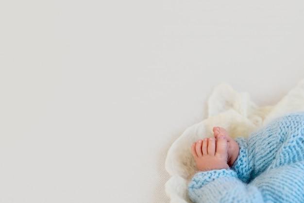 Pé do bebê recém-nascido, ternura. copie o espaço no conceito de inverno