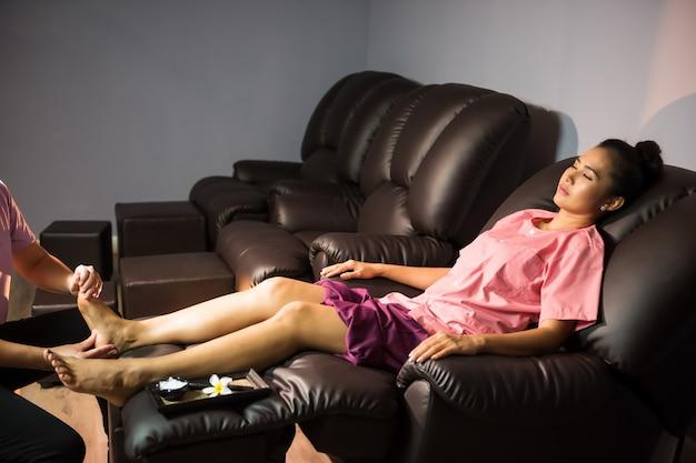 Pé e perna massagem tailandesa no spa