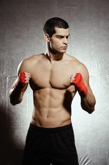 Pé masculino de boxe em um rack