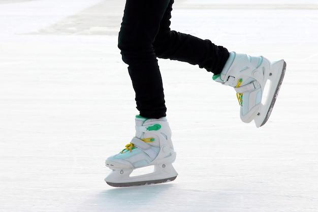 Pé patinando na pista de gelo. esporte e entretenimento. descanso e férias de inverno.