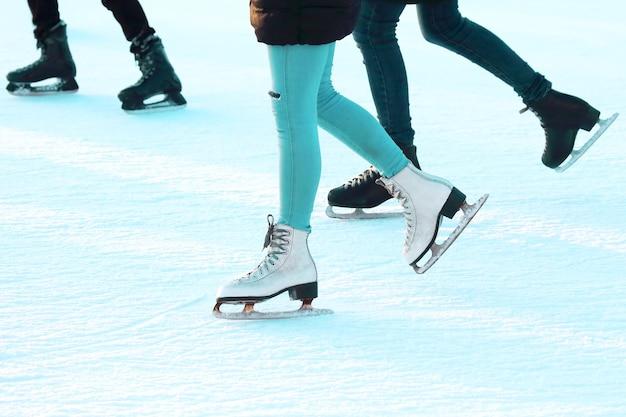 Pé patinando na pista de gelo. esportes, hobbies e recreação de pessoas ativas