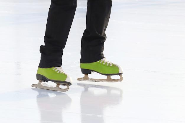 Pé patinando na pista de gelo. hobbies e recreação. esportes e feriados