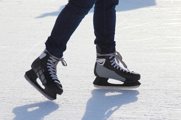Pé patinando no gelo na pista de gelo