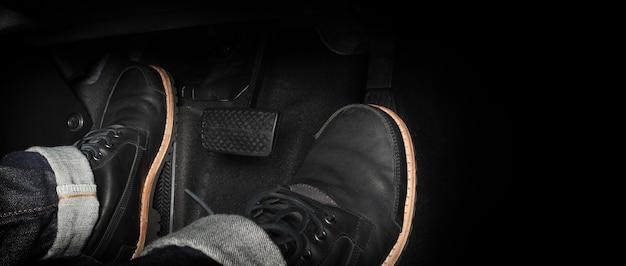 Pé pressionando o pedal de um carro para dirigir. acelerador e pedal de freio em um carro. motorista dirigindo o carro empurrando o acelerador e os pedais de freio do carro. dentro do veículo. pedal de controle. fechar-se.
